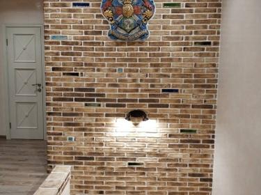 Каждая плитка формуется и глазуруется вручную, что гарантирует уникальность каждого изделия.