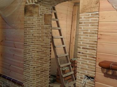 Еще один плюс применения шамотной керамики в деревянном доме - она образует несгораемые участки, сдерживая возможное распространение огня в случае пожара.
