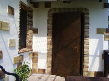 Керамические элементы придают этому дому индивидуальный характер.