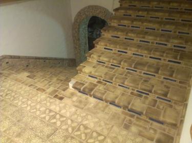 Шамотная плитка с разнообразным декором, толщиной покрытия и разными цветами каждый раз позволяют сделать каждую новую лестницу оригинальной.