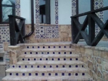 Прочность и морозостойкость хорошо обожженного шамота позволяет использовать его для отделки лестницы на улице.