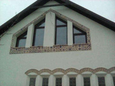 Керамический декор оживляет фасад, придает ему выразительности.