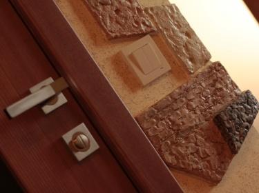 Керамика защищает примыкающую к выключателю поверхность стены от повреждений, влаги и грязных рук.