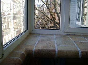На балконе в отделке важна практичность, прочность, удобство в уборке и негорючесть.