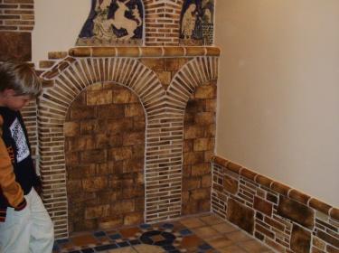 В правом углу мы видим реплику керамического панно периода средних веков.