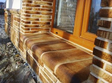 Такая керамика защищает и цоколь, подоконники и откосы от снега зимой и дождя весной и осенью.