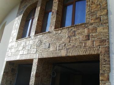 Облицовка необычной плиткой делает фасад дома уникальным.