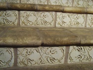 Плитка для подступенек может иметь любой выпуклый или вогнутый орнамент, роспись, фактуру.