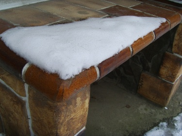 В отличии от дерева - шамотная плитка не боится сложных погодных условий и не треснет из-за перепада температур.