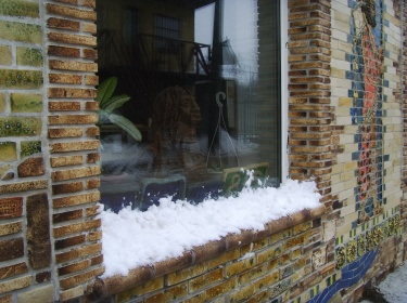 Хорошо обожженная шамотная керамическая плитка имеет высокую прочность, влаго- и морозостойкость. Идеальна с точки зрения пожарной безопасности.