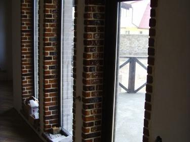 Оконный откос - это всегда проблемное место, где сталкиваются тепло и холод, и соответственно конденсируется влага. Керамическая плитка наиболее предпочтительна для облицовки таких мест.